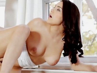 Dude is making babe groaning as he licks her slit