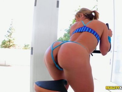 Sporty and sweaty blondie Sheena Shaw repays for cunnilingus with a blowjob